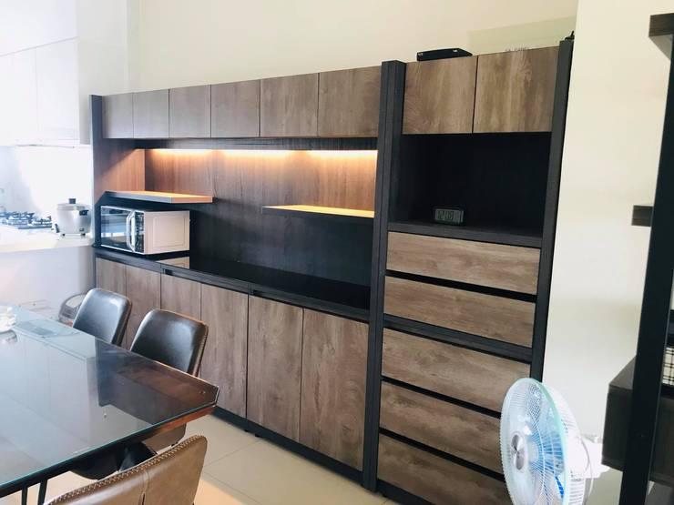 餐桌後方大片儲物櫃可以擺放電器用品: 極簡主義  by 台中室內設計裝修|心之所向設計美學工作室, 簡約風