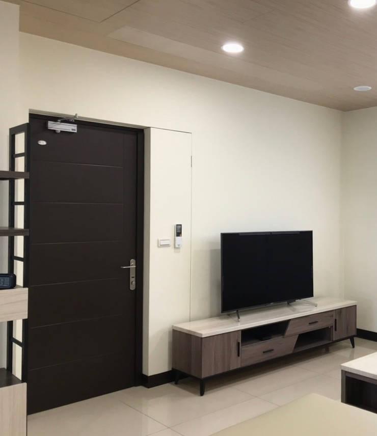 利用隱形掀門增寬電視牆:  牆面 by 台中室內設計裝修|心之所向設計美學工作室, 簡約風