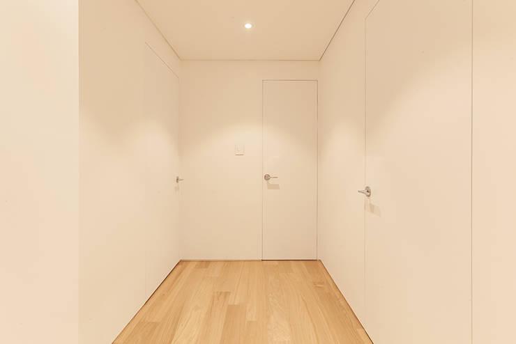 남양주시 덕소강변현대홈타운아파트 64평 인테리어 리모델링 - 복도: studio FOAM의  복도 & 현관,모던