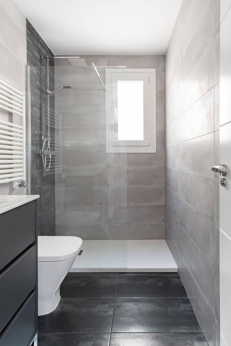 Cuarto de Baño con plato de ducha: Baños de estilo  de Arquigestiona Reformas S.L., Minimalista Cerámico