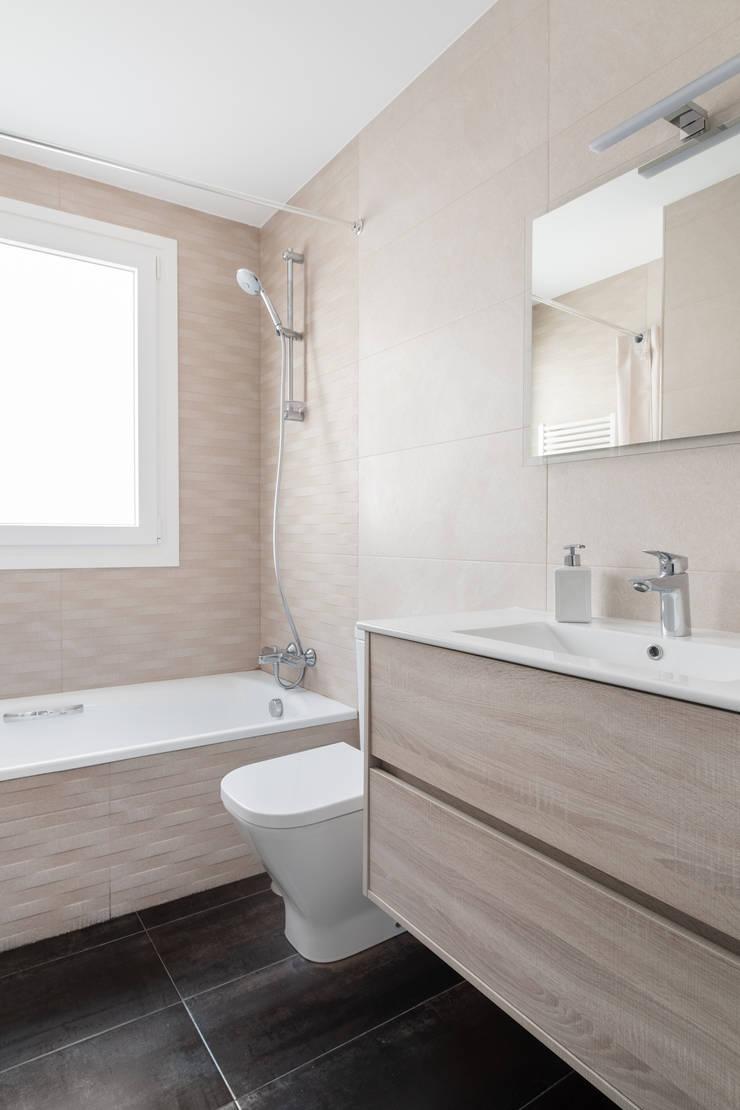 Segundo cuarto de baño con bañera: Baños de estilo  de Arquigestiona Reformas S.L., Minimalista Cerámico