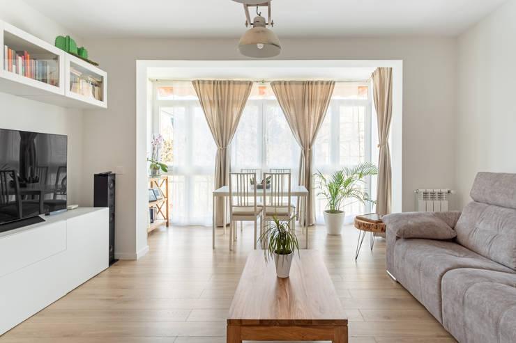 Terraza incorporada al salón : Salones de estilo  de Arquigestiona Reformas S.L., Minimalista