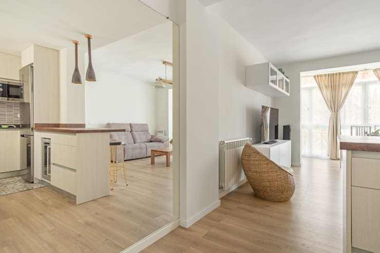 Salón con cocina abierta: Salones de estilo  de Arquigestiona Reformas S.L., Minimalista