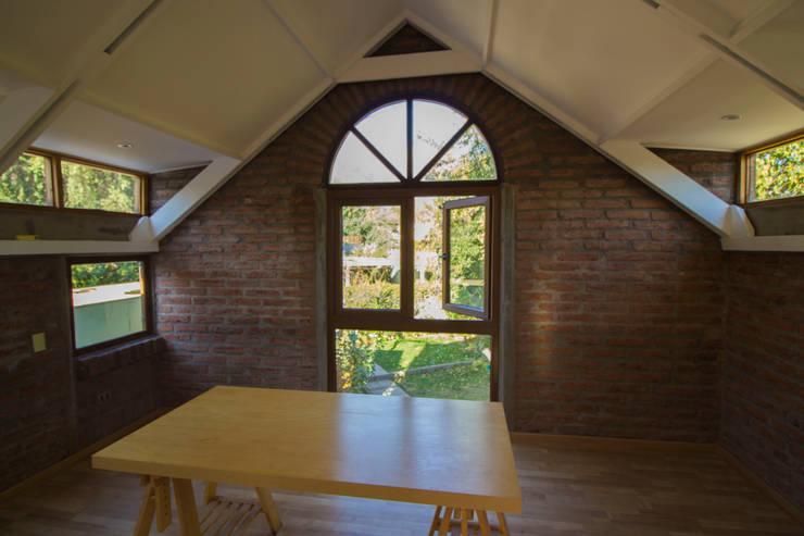 Remodelacion segundo piso, dormitorio y baño.: Dormitorios pequeños de estilo  por arquitectura oficio spa, Rústico