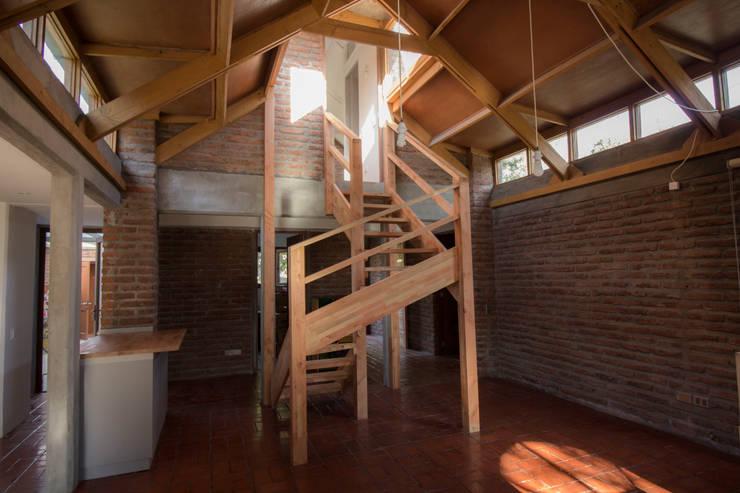 Escalera madera: Escaleras de estilo  por arquitectura oficio spa, Rústico Madera maciza Multicolor