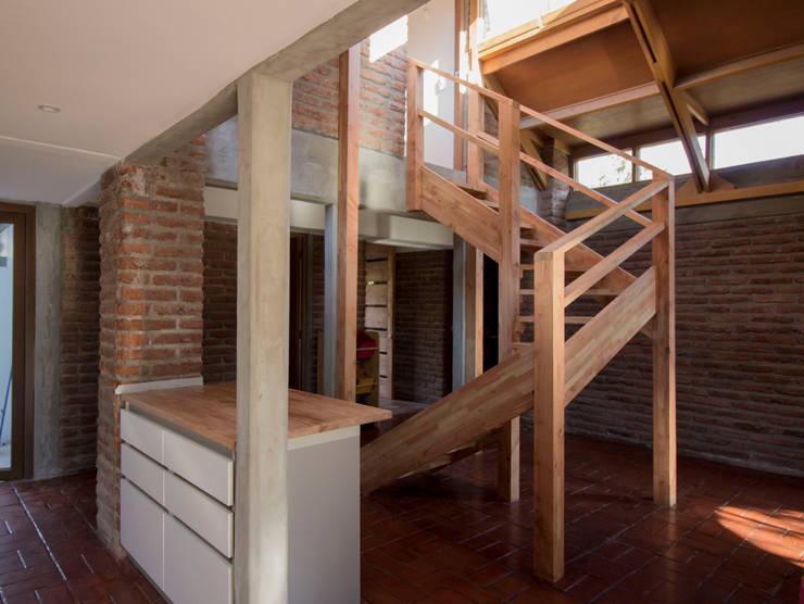 Cocina y escalera: Escaleras de estilo  por arquitectura oficio spa, Rústico Madera maciza Multicolor