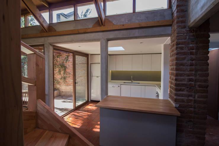 Vista hacia la cocina: Cocinas equipadas de estilo  por arquitectura oficio spa, Rústico