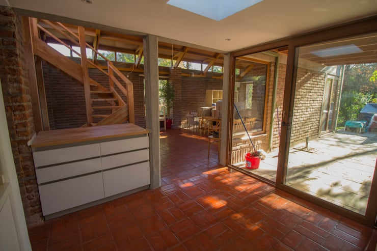 Vista cocina living comedor: Cocinas equipadas de estilo  por arquitectura oficio spa, Rústico