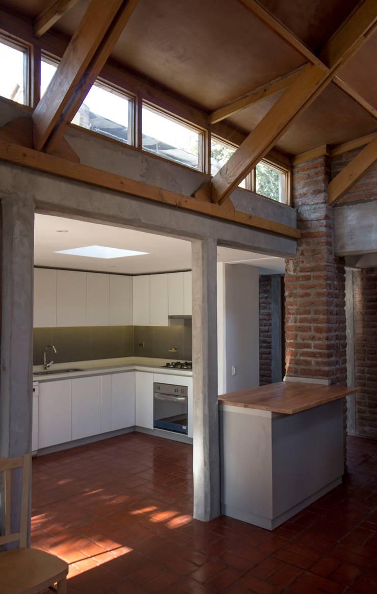 Vista hacia la cocina desde el comedor: Cocinas equipadas de estilo  por arquitectura oficio spa, Rústico