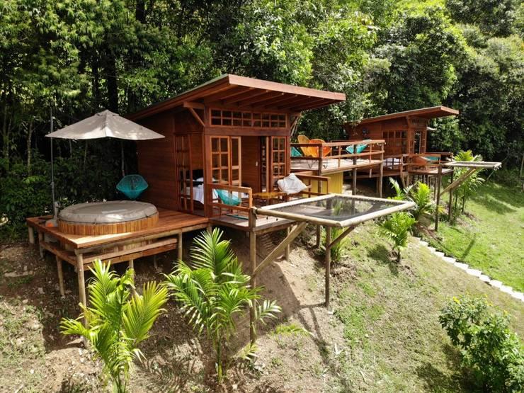WAIRA : Hoteles de estilo  por TALLER DOS ARQUITECTOS, Rural Madera maciza Multicolor
