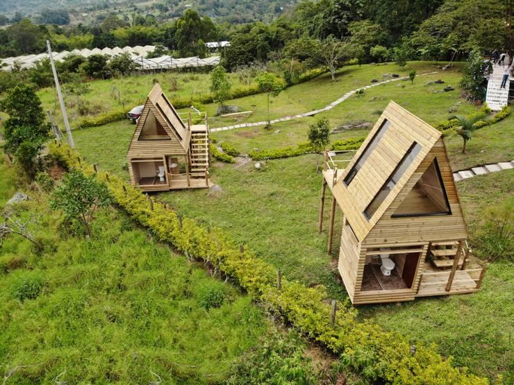 VILLA DE LOS ANGELES: Casas de madera de estilo  por TALLER DOS ARQUITECTOS, Rural Madera maciza Multicolor