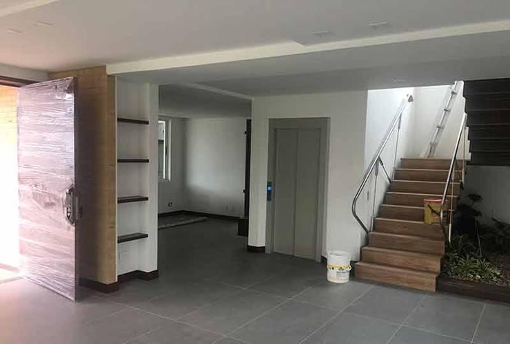 Casa Club del comercio : Escaleras de estilo  por PLASS Arquitectura & Construcción, Moderno