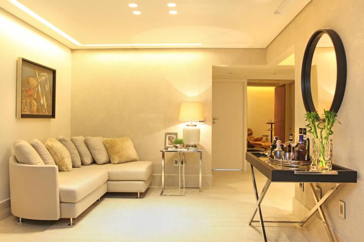 Living room by Célia Orlandi por Ato em Arte, Modern