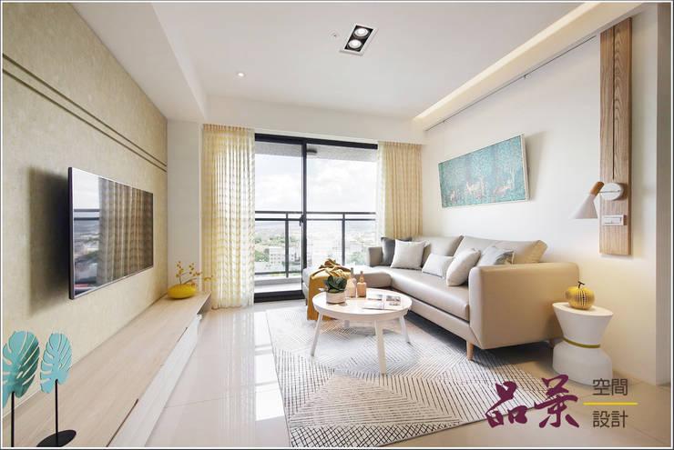 來點年輕的色彩~:  客廳 by 品茉空間設計/夏川設計, 北歐風