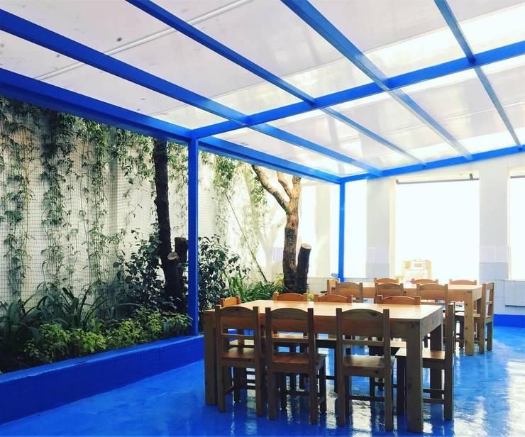Comedor kids: Escuelas de estilo  por TikTAK ARQUITECTOS, Tropical Hierro/Acero