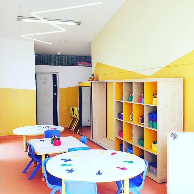 Salón de arte: Escuelas de estilo  por TikTAK ARQUITECTOS, Moderno