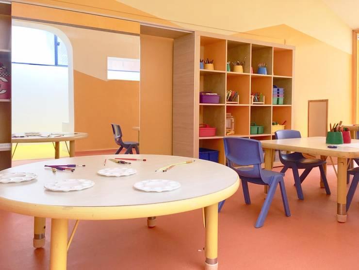 Mobiliario salón de arte :  de estilo  por TikTAK ARQUITECTOS, Moderno Aglomerado