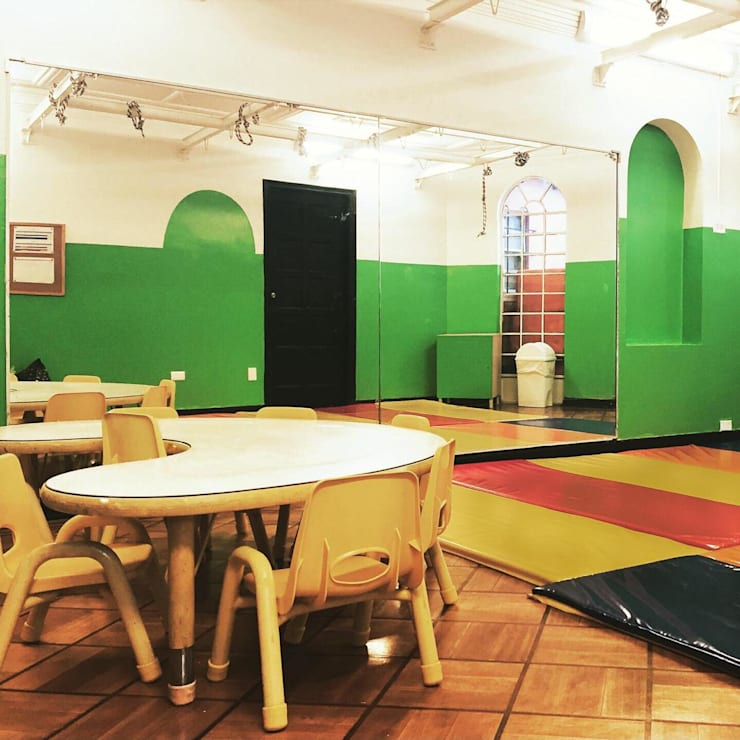 salón de movimiento: Edificios de oficinas de estilo  por TikTAK ARQUITECTOS, Moderno