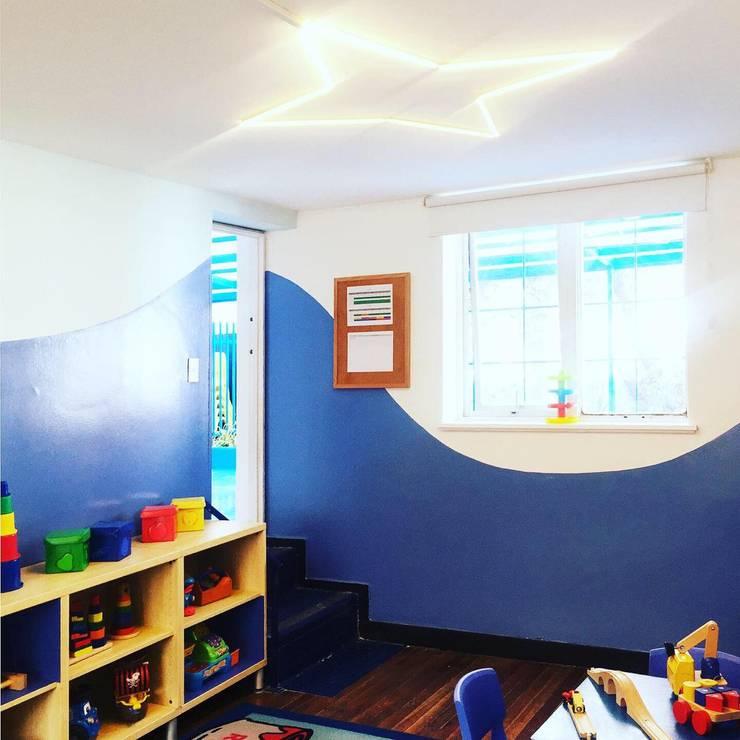Salón de juego y sueño: Escuelas de estilo  por TikTAK ARQUITECTOS, Moderno