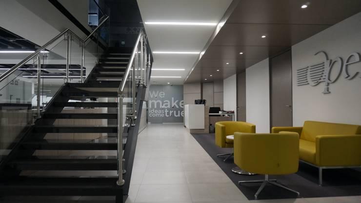 Acceso a presidencia y escalera a piso 3: Oficinas y Tiendas de estilo  por Velasco Arquitectura, Moderno