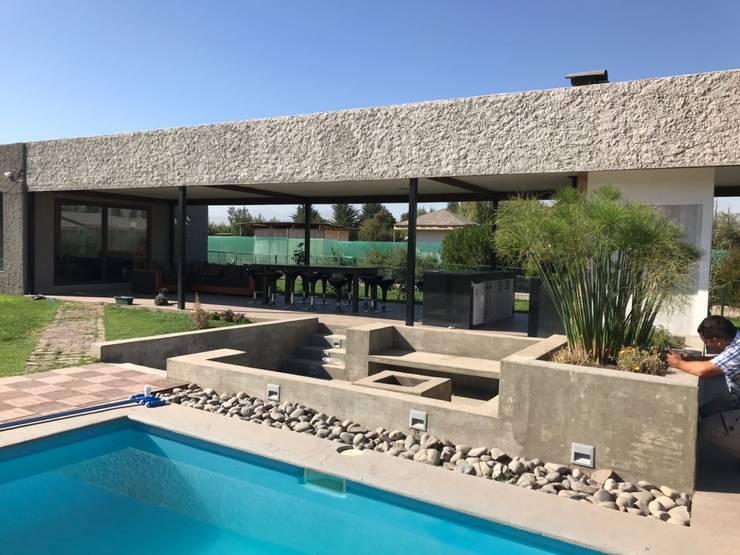 QUINCHO PISCINA :  de estilo  por  Constructora Sanar spa , Minimalista