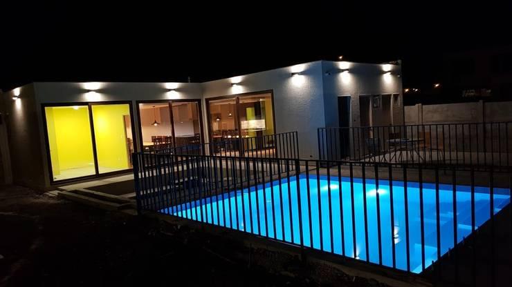 TERRAZA, PISCINA :  de estilo  por  Constructora Sanar spa , Moderno