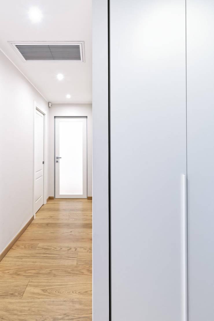 BEIGE IS THE NEW WHITE Ingresso, Corridoio & Scale in stile moderno di GruppoTre Architetti Moderno