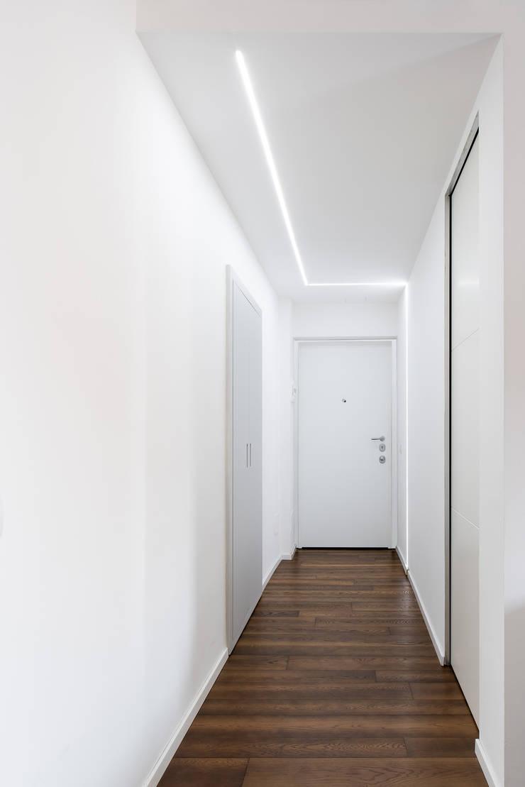 CASA A Ingresso, Corridoio & Scale in stile minimalista di GruppoTre Architetti Minimalista