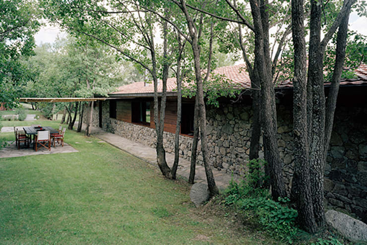 Comedor exterior: Terrazas de estilo  de SANTI VIVES ARQUITECTURA EN BARCELONA, Rústico Madera Acabado en madera