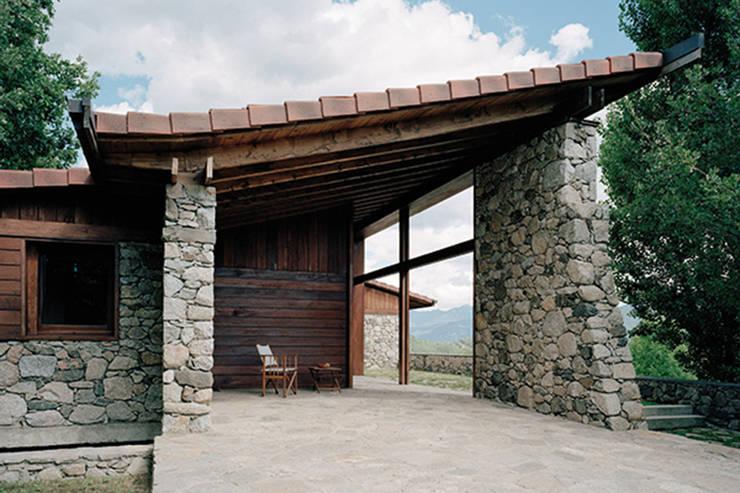 Porche : Casas unifamilares de estilo  de SANTI VIVES ARQUITECTURA EN BARCELONA, Rústico Madera Acabado en madera