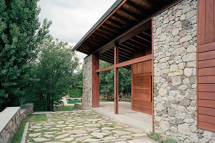 Porche y piscina exterior: Casas unifamilares de estilo  de SANTI VIVES ARQUITECTURA EN BARCELONA, Rústico Madera Acabado en madera