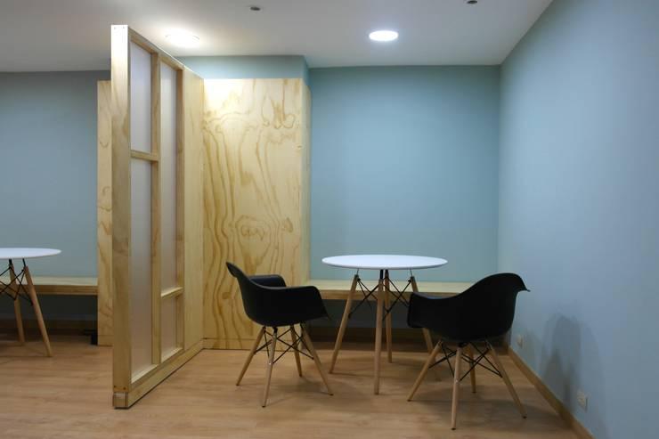 Moderne Wohnzimmer von entrearquitectosestudio Modern Massivholz Mehrfarbig