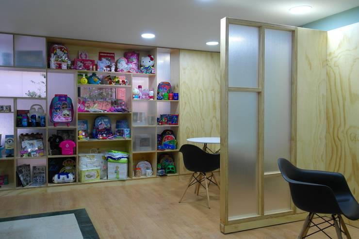 Salas de reunión informal: Pasillos y vestíbulos de estilo  por entrearquitectosestudio, Moderno Madera maciza Multicolor