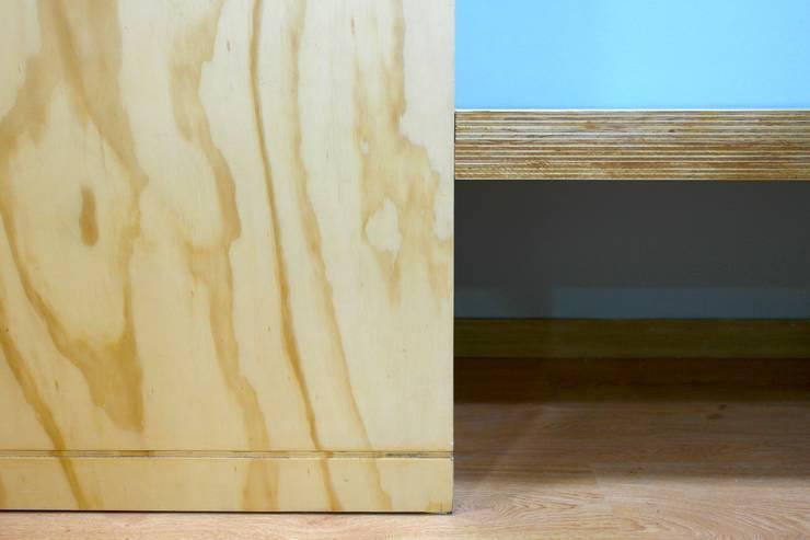 Detalle: Paredes de estilo  por entrearquitectosestudio, Moderno Madera maciza Multicolor