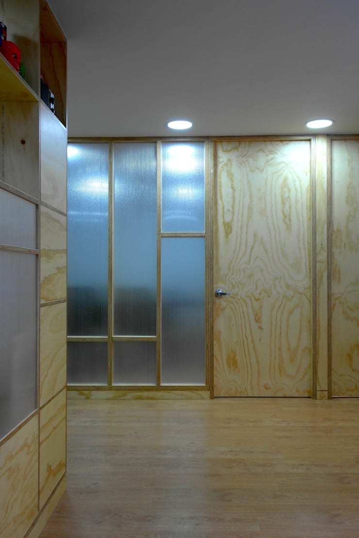 Sala de juntas: Salas de estilo  por entrearquitectosestudio, Moderno Madera maciza Multicolor