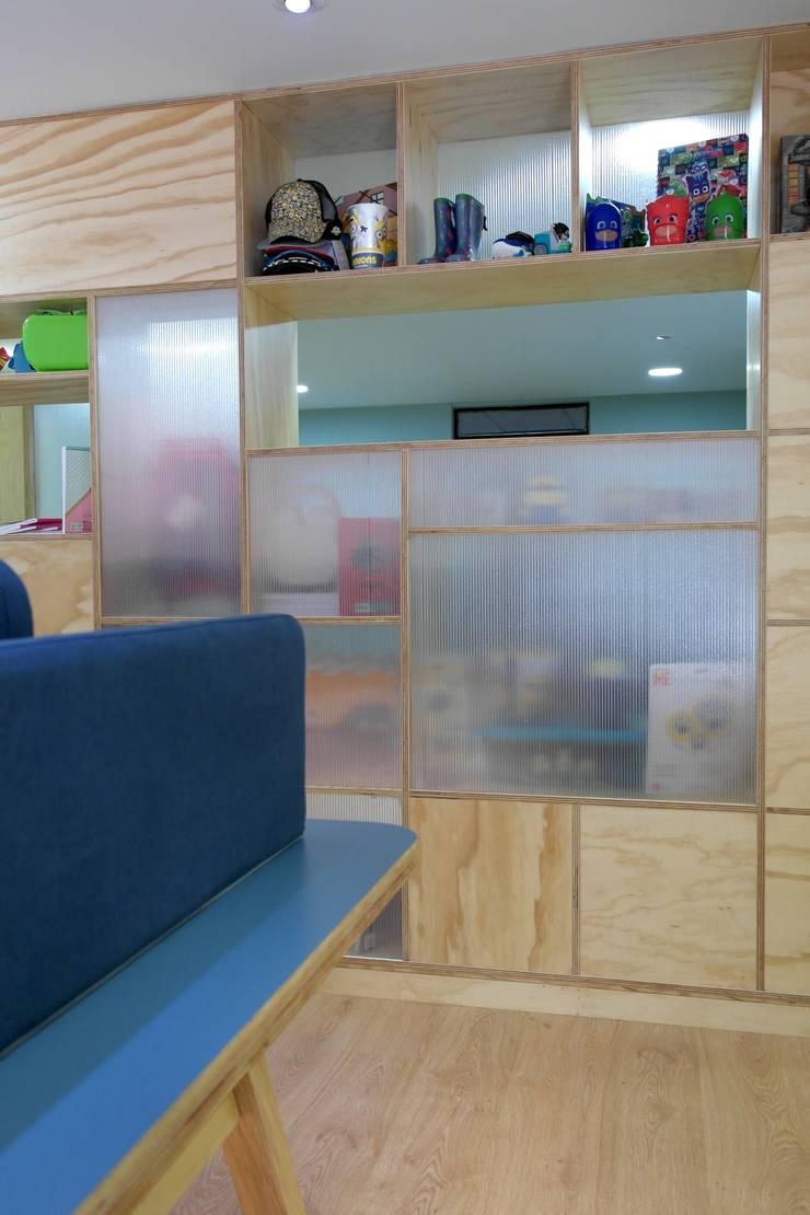 Area de oficina abierta: Estudios y despachos de estilo  por entrearquitectosestudio, Moderno Madera maciza Multicolor