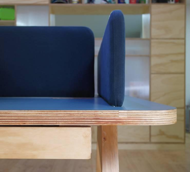 Detalle puesto de trabajo: Estudios y despachos de estilo  por entrearquitectosestudio, Moderno Madera maciza Multicolor