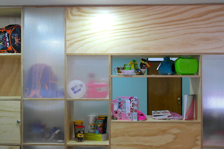 Mueble de exhibición: Estudios y despachos de estilo  por entrearquitectosestudio, Moderno Madera maciza Multicolor