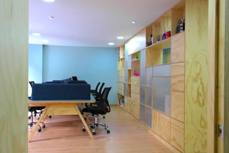 Area de trabajo abierta: Estudios y despachos de estilo  por entrearquitectosestudio, Moderno Madera maciza Multicolor