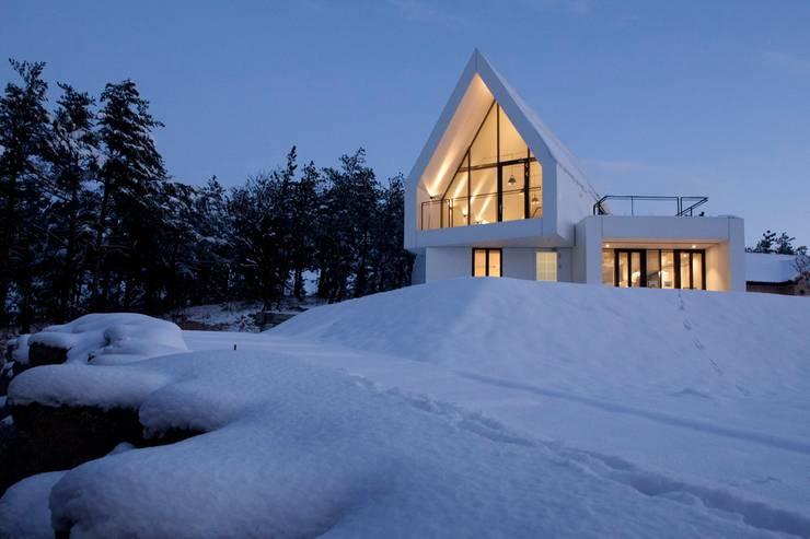남측전경 / 설경: AEV Architectures (아으베아키텍쳐스)의  주택,미니멀