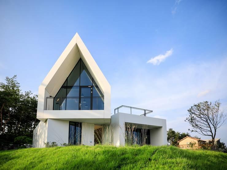 정면: AEV Architectures (아으베아키텍쳐스)의  전원 주택,미니멀
