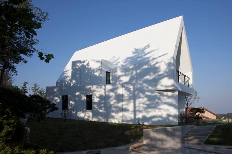 서측 전경 / 투영: AEV Architectures (아으베아키텍쳐스)의  전원 주택,미니멀