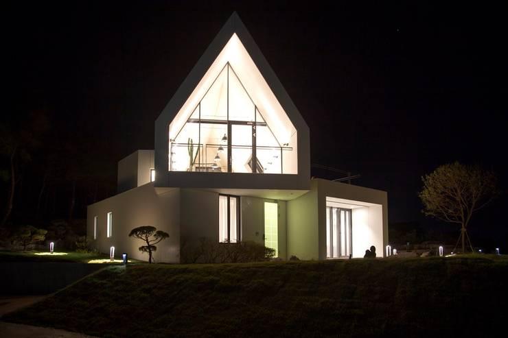 남측전경 / 야경: AEV Architectures (아으베아키텍쳐스)의  전원 주택,미니멀