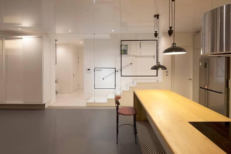 실내 / 주방: AEV Architectures (아으베아키텍쳐스)의  거실,미니멀