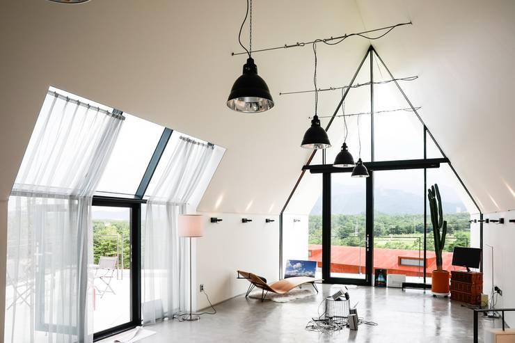 실내 / 2층 작업실: AEV Architectures (아으베아키텍쳐스)의  거실,미니멀