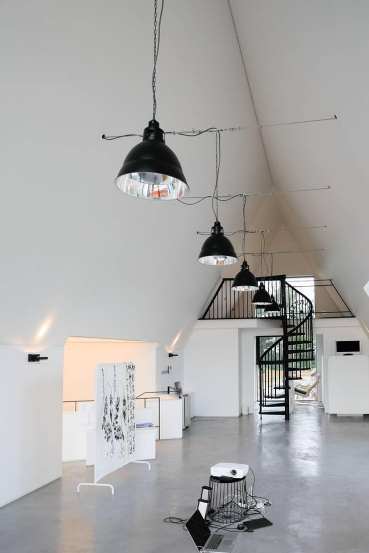 실내 / 2층 다락: AEV Architectures (아으베아키텍쳐스)의  거실,미니멀