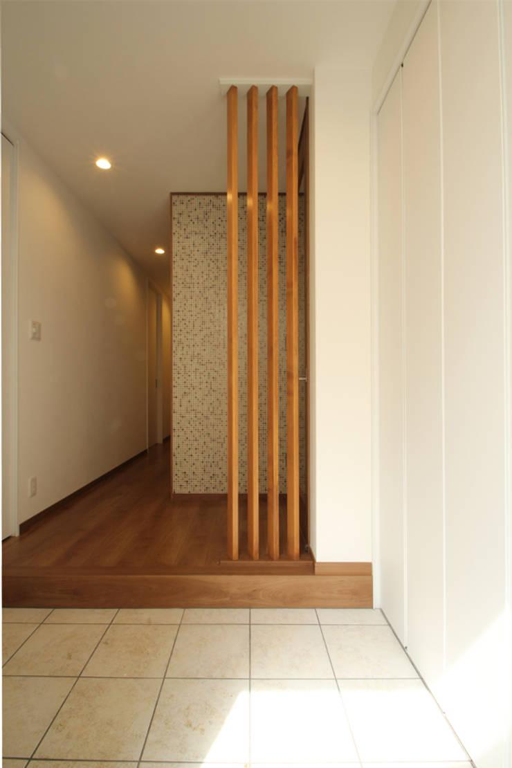 Pasillos, vestíbulos y escaleras de estilo minimalista de 三浦喜世建築設計事務所 Minimalista Azulejos