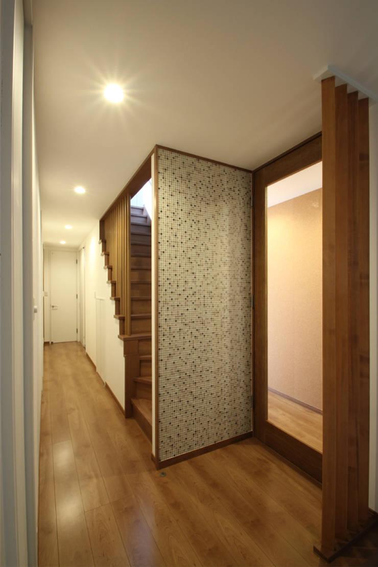 Pasillos, vestíbulos y escaleras de estilo moderno de 三浦喜世建築設計事務所 Moderno Azulejos