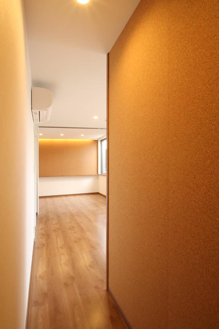 Pasillos, vestíbulos y escaleras de estilo moderno de 三浦喜世建築設計事務所 Moderno Corcho