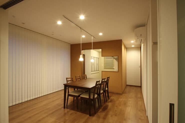 Comedores de estilo moderno de 三浦喜世建築設計事務所 Moderno Corcho